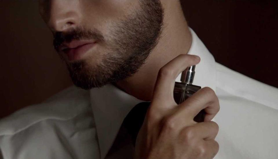 Để Bleu De Chanel phát huy tối đa công hiệu, nam giới nên xịt vào buổi sáng sau khi đã tắm xong